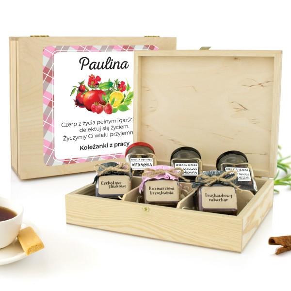 prezent na emeryturę naturalne konfitury i herbaty w skrzynce z dedykacją