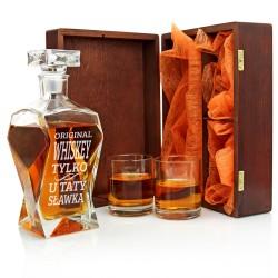 karafka z grawerem i szklankami w drewnianym pudełku na prezent dla taty