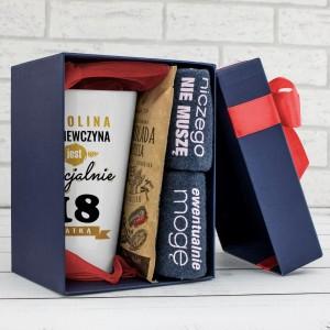 kubek z dedykacją, czekolada i śmieszne skarpetki w pudełku na prezent na osiemnastkę