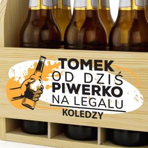 drewniana skrzynka na piwo z nadrukiem na prezent na 18 dla kolegi piwerko