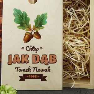 fajny prezent dla myśliwego kufel w drewnianej skrzynce z nadrukiem jak dąb