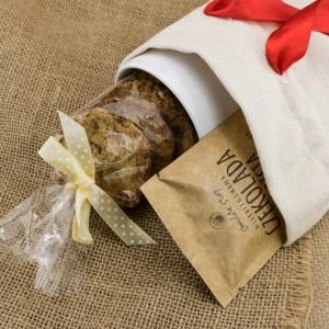 zestaw słodyczy z kubkiem w bawełnianym woreczku