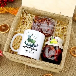 kubek z nadrukiem w skrzynce z herbatą i syropem na prezent dla myśliwego na urodziny