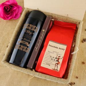 wyjątkowy prezent dla myśliwego kubek termiczny z imieniem, czekoladą i kawą w skrzynce