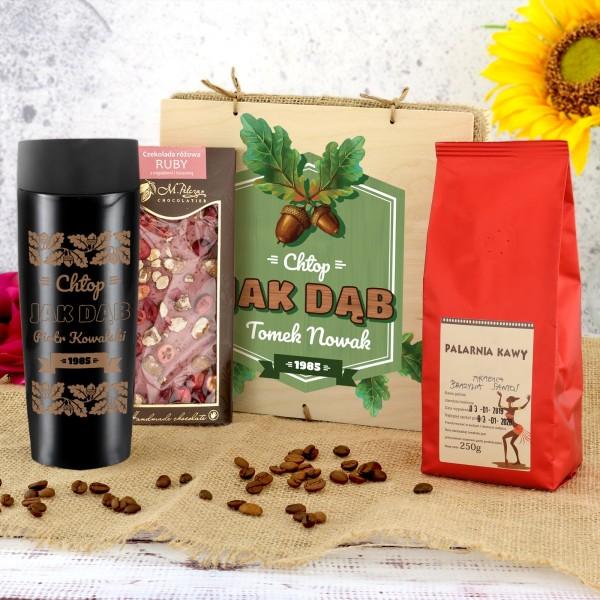 kubek termiczny z grawerem, czekoladą i kawą w skrzynce na prezent dla myśliwego jak dąb