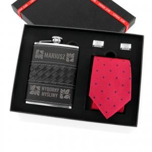 zestaw upominkowy: piersiówka, spinki do koszuli i krawat na prezent dla myśliwego