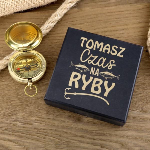 kompas w drewnianym pudełku z grawerem na prezent dla wędkarza