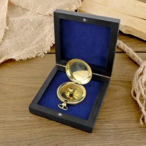 mosiężny kompas w pudełku na pomysł na prezent dla wędkarza