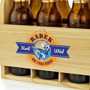 drewniana skrzynka na piwo z imieniem na prezent dla wędkarza na urodziny