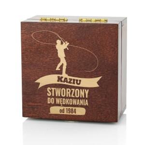 drewniane pudełko z grawerem na upominek dla wędkarza