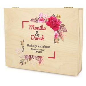 drewniana skrzynka z dedykacją na prezent ślubny słodkiego małżeństwa