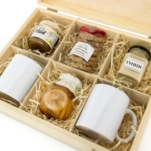 prezent z okazji ślubu zestaw kubków w skrzynce ze słodyczami