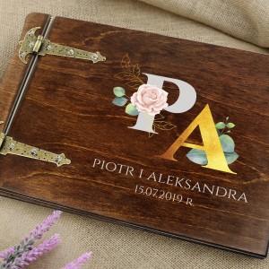 drewniany album ślubny z nadrukiem imion na prezent dla nowożeńców