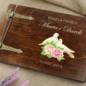 księga gości drewniana z nadrukiem imion i daty ślubne gołębie