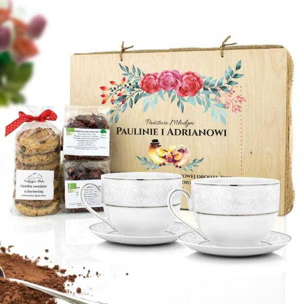 filiżanki do herbaty i zestaw herbat z ciastami w skrzynce z nadrukiem na prezent na ślub państwu młodym