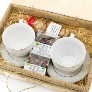filiżanki do herbaty w skrzynce z zestawem herbat i ciasteczkami na prezent dla młodej pary
