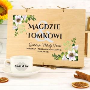 filiżanki z nadrukiem w drewnianej skrzynce na oryginalny prezent z okazji ślubu