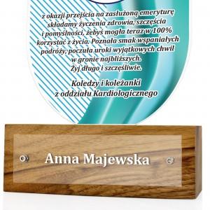 statuetka z plexi na drewnianym postumencie z personalizacją na prezent dla pielęgniarki
