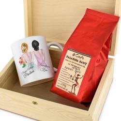 kubek z personalizacją i kawa w drewnianej skrzynce na podziękowanie dla świadkowej