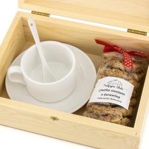 filiżanka z personalizacją i ciastkami w pudełku na upominek dla świadkowej