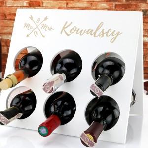 stojak na wino drewniany z dedykacją na prezent na ślub Mr. & Mrs.