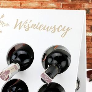 prezent dla młodej pary drewniany stojak na wino z nazwiskiem Mr. & Mrs.