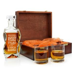 karafki z grawerem i szklankami w drewnianej skrzynce na prezent dla teścia na urodziny