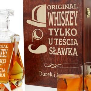 karafka do whisky w drewnianym pudełku z grawerem na prezent dla teścia na urodziny