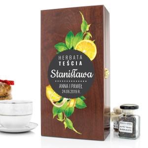 drewniana skrzynka z filiżanką i herbatą na prezent dla teścia na urodziny cytrynki