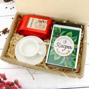 filiżanka z imieniem, kawa i puszka w pudełku na prezent dla teścia na urodziny