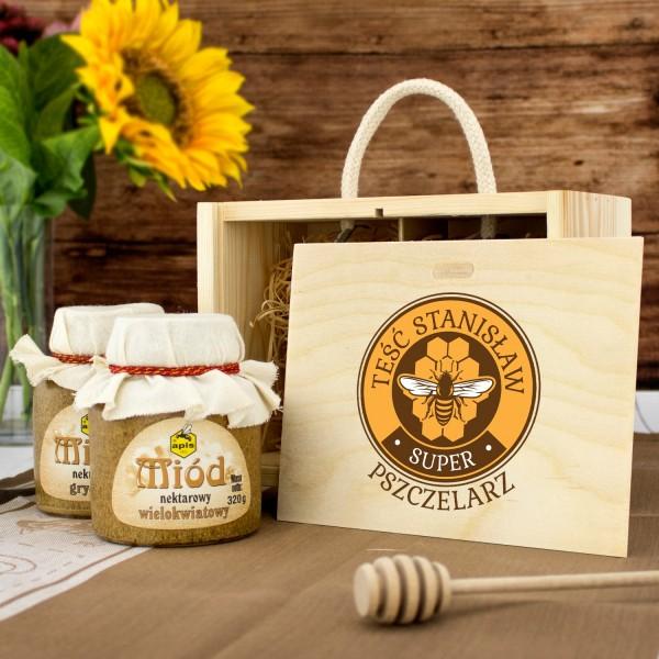 zestaw miodów w skrzynce z dedykacją na prezent dla teścia na urodziny pszczelarz