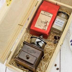 młynek, kawa i kardamon w skrzynce na prezent dla teścia