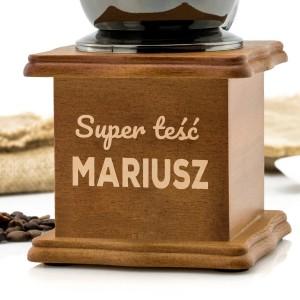 drewniana skrzynka z nadrukiem i młynkiem na prezent dla teścia na urodziny premium