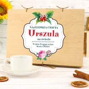 filiżanka z personalizacją w drewnianej skrzynce na prezent dla cioci na urodziny czas na kawę