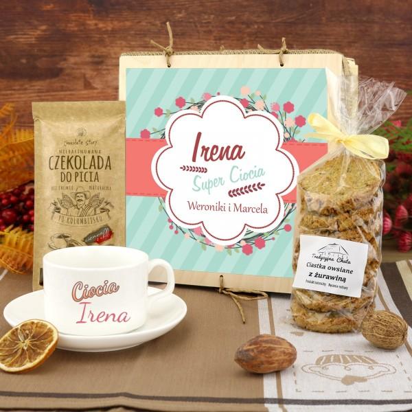 zestaw upominkowy: filiżanka z imieniem i słodyczami na prezent dla cioci na urodziny