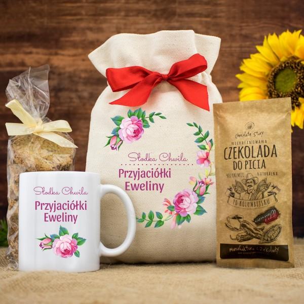 zestaw słodyczy i kubek z nadrukiem w woreczku na prezent dla przyjaciółki słodki czas