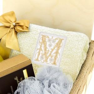 akcesoria do kąpieli i ręcznik z haftem na prezent dla przyjaciółki na urodziny