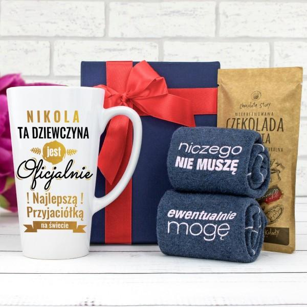 kubek z nadrukiem, skarpetki damskie śmieszne i czekolada w pudełku na prezent dla przyjaciółki
