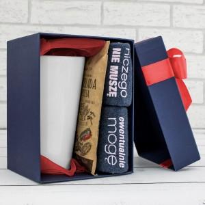 kubek latte, śmieszne skarpetki damskie i czekolada w pudełku na prezent dla przyjaciółki na 18