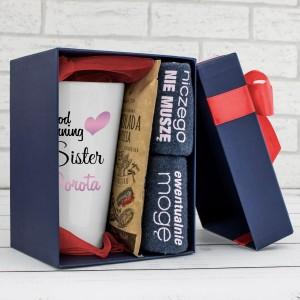 kubek z nadrukiem, skarpetki i czekolada na pomysł na prezent dla siostry