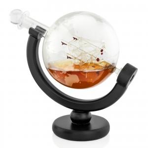 karafka i szklanki z mapą świata