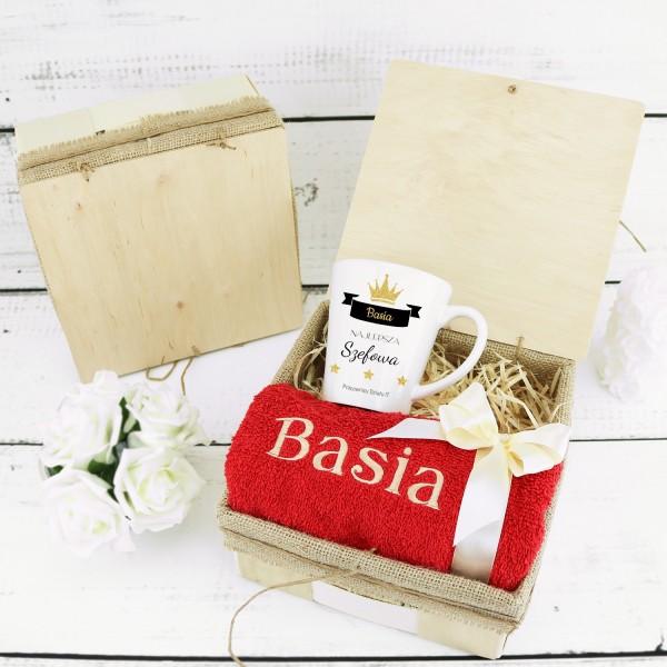 kubek personalizowany i ręcznik z haftem na elegancki prezent dla szefowej