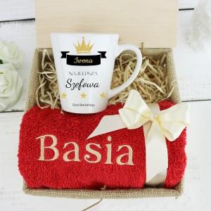 kubek z nadrukiem i ręcznik z imieniem na prezent dla szefowej na pożegnanie