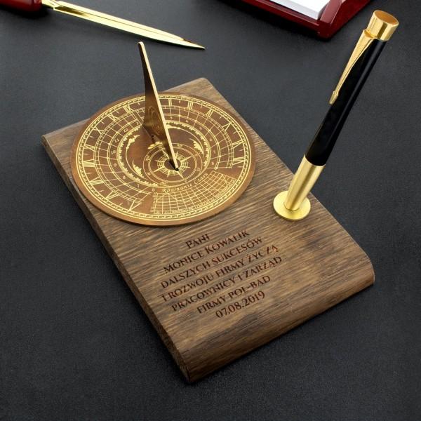 zegar słoneczny na dębowej desce z grawerem na podziękowanie dla szefowej