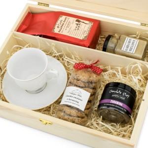 filiżanka z kawą i słodyczami w pudełku na podziękowanie dla szefowej