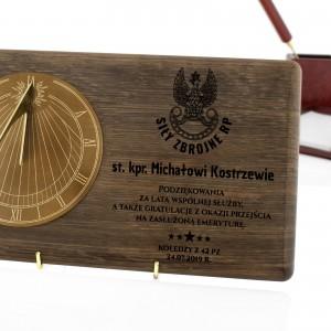 zegar słoneczny na dębowej desce z dedykacją na prezent dla wojskowego emeryta
