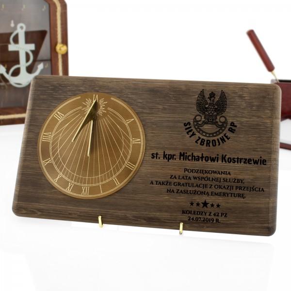 mosiężny zegar słoneczny z grawerem na prezent dla wojskowego