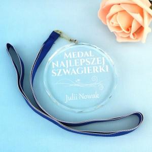 szklany medal z grawerem na pomysł na prezent dla szwagierki miano najlepszej