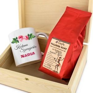 kubek z personalizacją i kawa w drewnianej skrzynce na prezent dla bratowej na święta