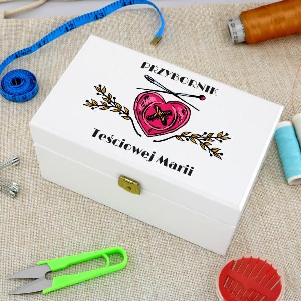 przybory do szycia w pudełku z nadrukiem na prezent dla teściowej przybornik